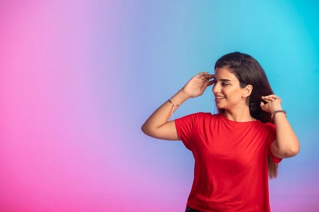Jovem de camisa vermelha em fundição. Foto gratuita