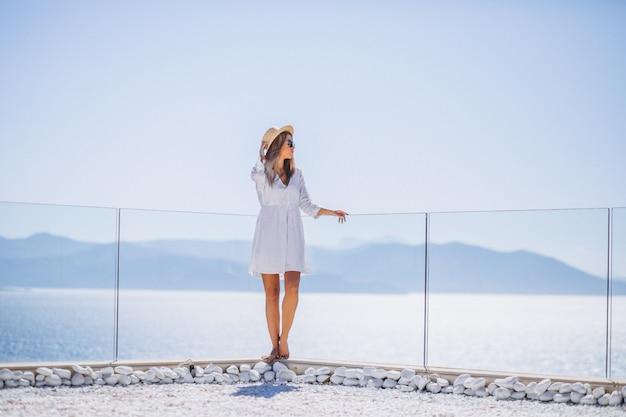 Jovem de férias olhando para o mar Foto gratuita