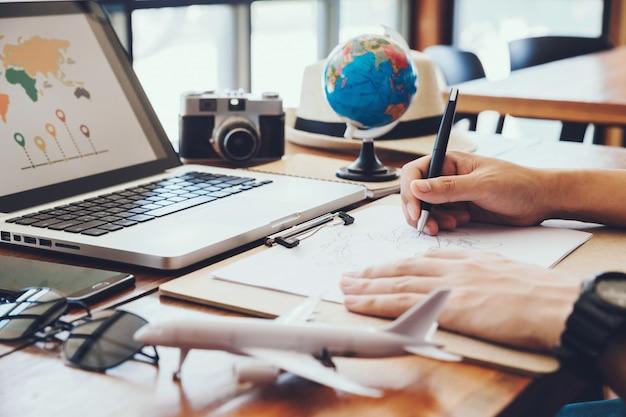 Jovem desenhe mapas para o turismo de planejamento de viagem de férias. viagem, viagem de férias, Foto Premium