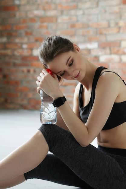 Jovem desportista com garrafa de água Foto gratuita