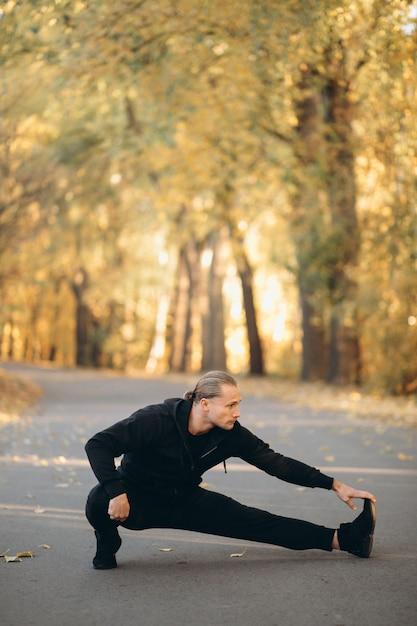 Jovem, desportista, exercitar, parque Foto gratuita