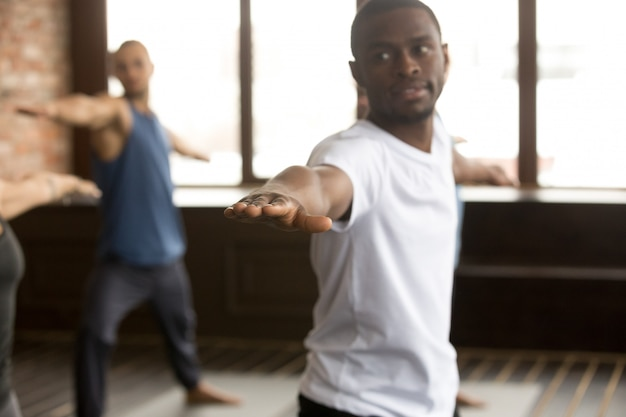 Jovem desportivo negro no exercício de guerreiro dois Foto gratuita