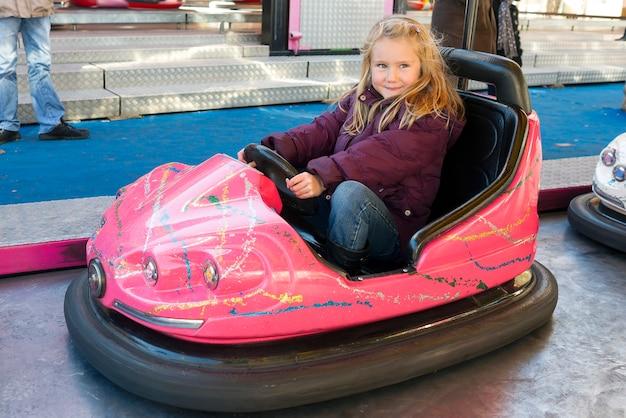 Jovem dirigindo um carro de choque Foto Premium