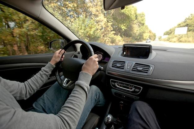 Jovem dirigindo um carro Foto Premium