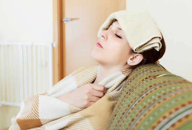 Jovem doente usa lenço em sua cabeça Foto gratuita