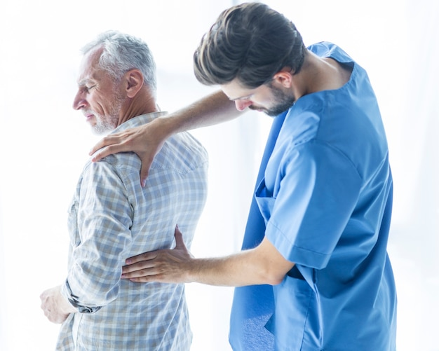 Jovem, doutor, examine, costas, de, paciente Foto gratuita