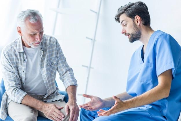 Jovem, doutor, falando, para, sênior, paciente Foto gratuita