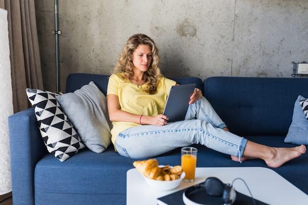 Jovem e mulher apaixonados sentados em casa trabalhando online Foto gratuita
