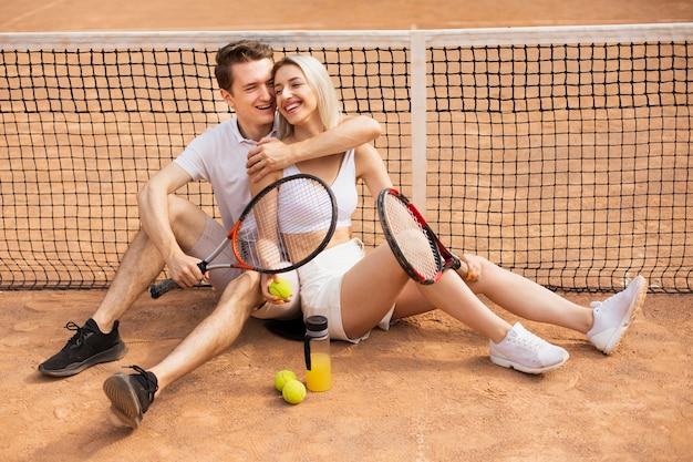 Jovem e mulher rindo Foto gratuita
