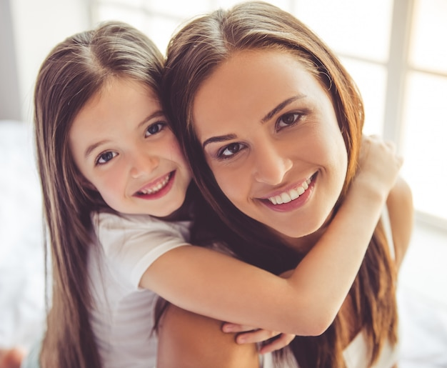 Jovem e sua encantadora filha pequena. Foto Premium
