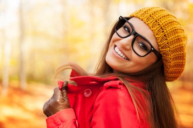 Jovem elegante aproveitando a temporada de outono Foto gratuita