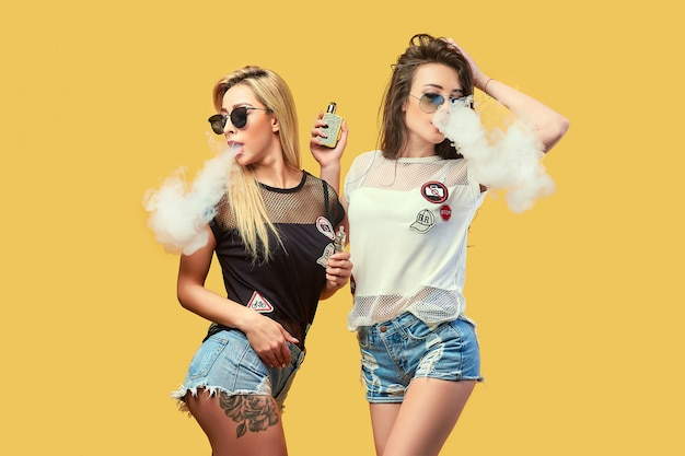 Jovem elegante em óculos de sol fumando Foto Premium