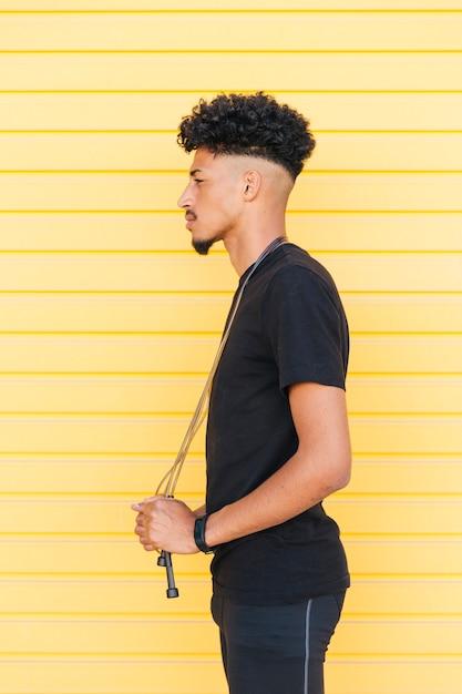 Jovem elegante homem negro com pular corda Foto gratuita