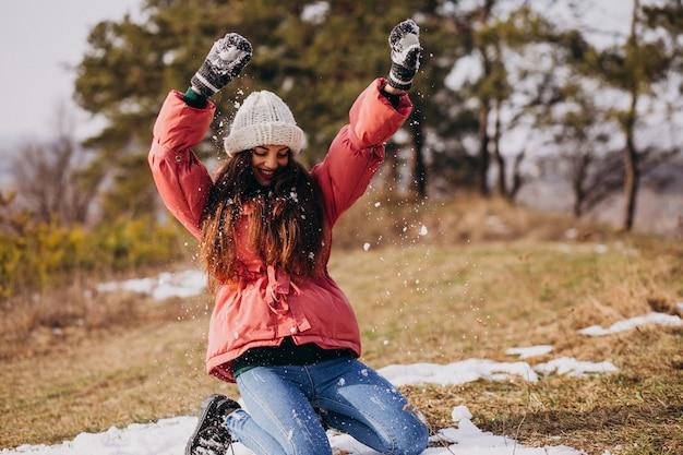 Jovem em winter park feliz Foto gratuita