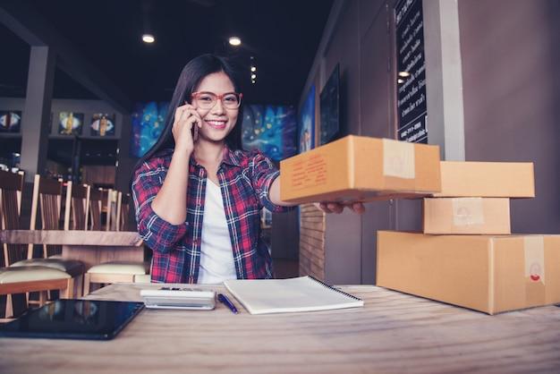 Jovem empreendedor, empresário de adolescente trabalhar em casa, caixa para entrega Foto Premium