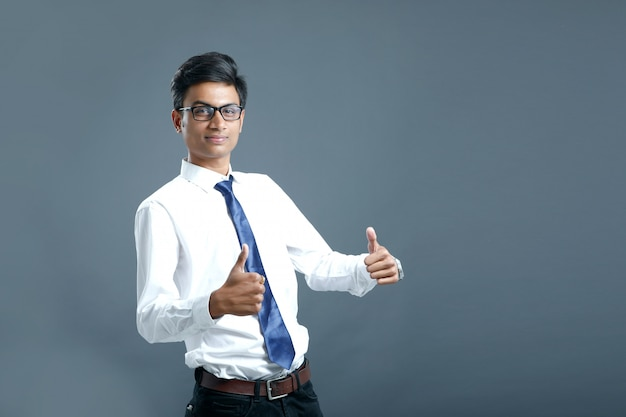 Jovem empregado indiano Foto Premium