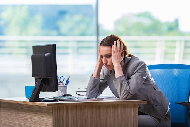 Jovem empresária cansada depois de um longo dia de trabalho Foto Premium
