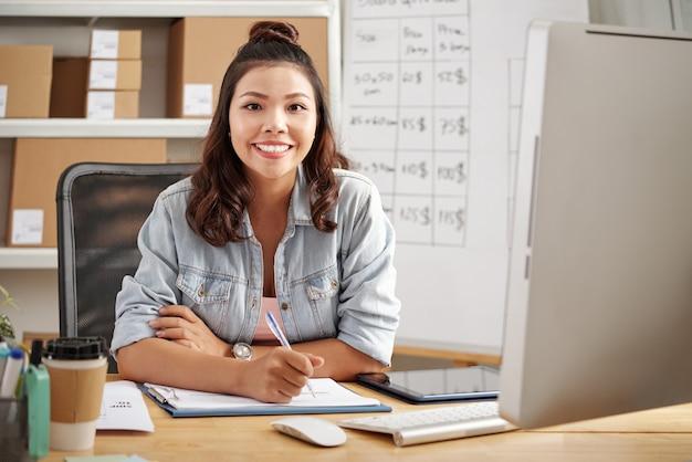 Jovem empresária no escritório Foto gratuita