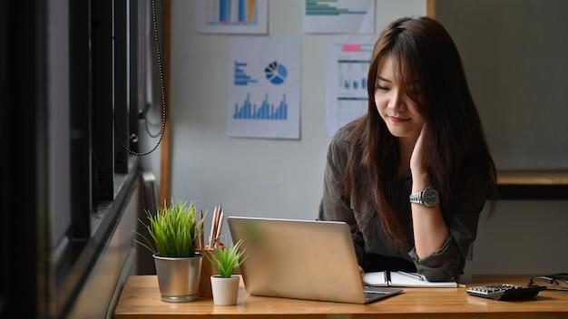 Jovem empresária trabalhando com computador portátil. Foto Premium