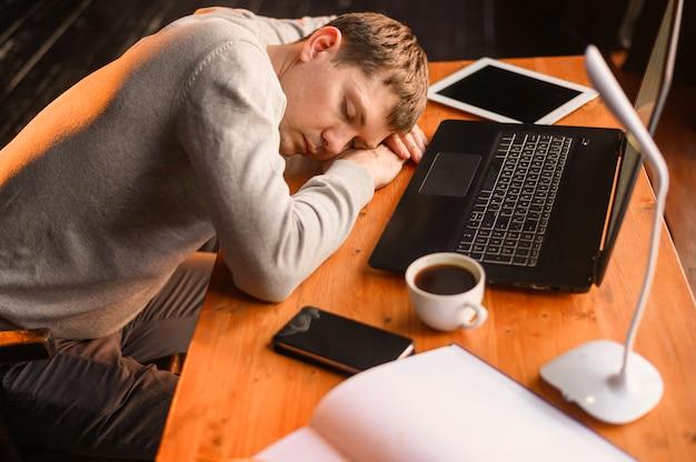 Jovem empresário adormecer depois de muito trabalho Foto gratuita