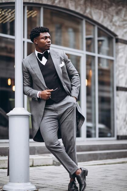 Jovem empresário africano em elegante terno Foto gratuita