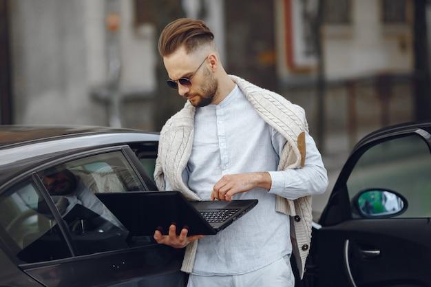 Jovem empresário andando na rua Foto gratuita
