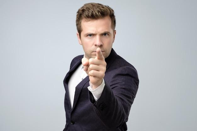Jovem empresário apontando com o dedo para a câmera e para você Foto Premium
