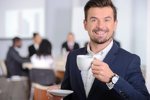 Jovem empresário bebendo café. Foto Premium