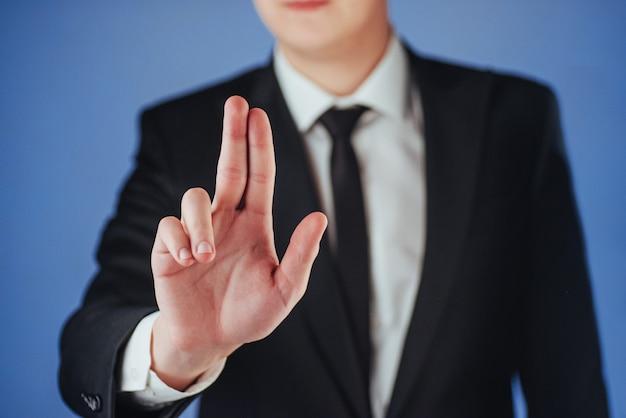 Jovem empresário de terno mostra a mão Foto Premium