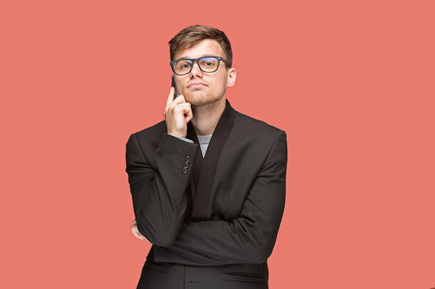 Jovem empresário falando no celular Foto gratuita