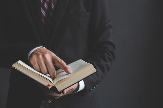 Jovem empresário, lendo a bíblia sagrada Foto Premium