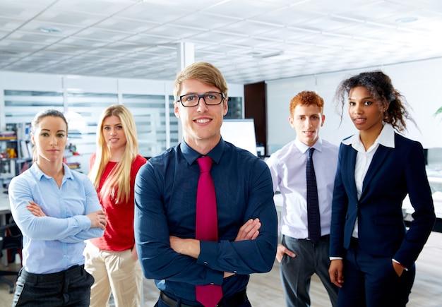 Jovem empresário loiro multi étnica trabalho em equipe Foto Premium