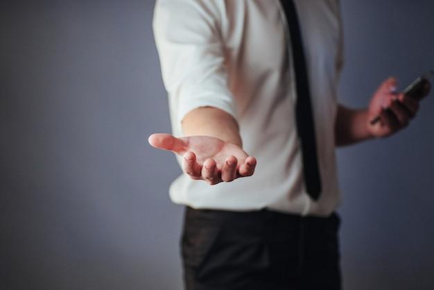 Jovem empresário, mostrando as mãos vazias, prontas para preencher com seu projeto Foto Premium