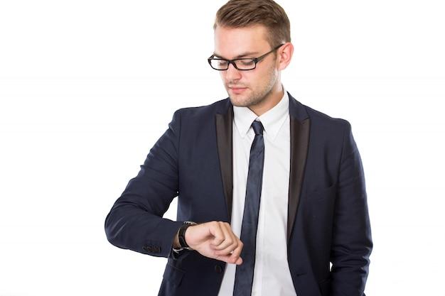 Jovem empresário olha para os relógios, isolados Foto Premium