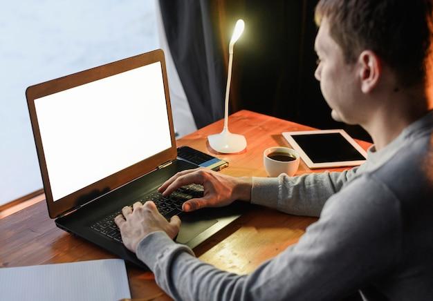 Jovem empresário trabalhando em casa Foto gratuita