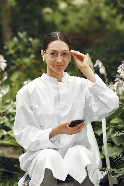 Jovem enfermeira ao ar livre. médica da mulher. imagem para publicidade de desenvolvimentos científicos na indústria alimentar e médica. Foto gratuita