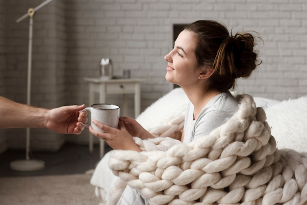 Jovem entregando a xícara de café para a namorada Foto gratuita