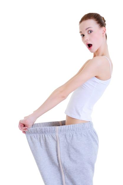 Jovem esbelta surpresa por perder peso Foto gratuita