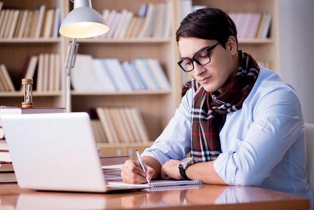 Jovem escritor trabalhando na biblioteca Foto Premium