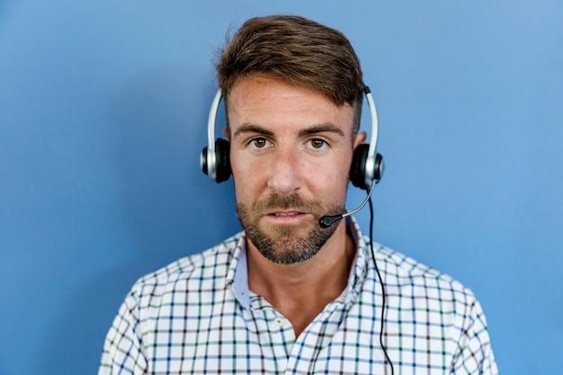 Jovem, escutar, música, com, fones ouvido Foto gratuita