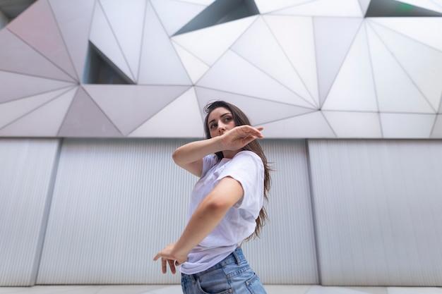 Jovem espanhola dançando na praça do bairro Foto Premium