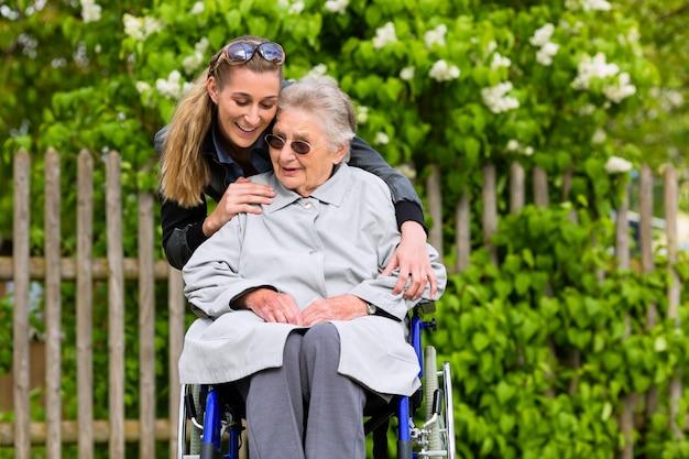 Jovem está visitando sua avó no lar de idosos Foto Premium