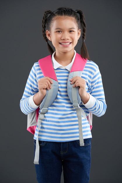 Jovem estudante asiática posando com mochila Foto gratuita