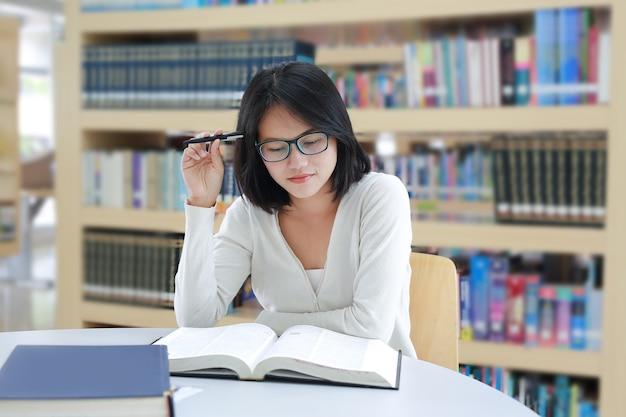 Jovem estudante asiática sob pressão mental Foto Premium