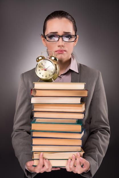 Jovem estudante com livros e relógio Foto Premium
