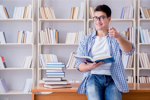 Jovem estudante com livros se preparando para os exames Foto Premium