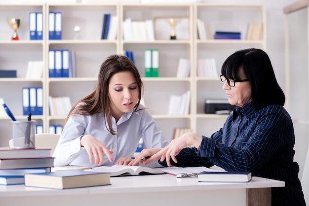 Jovem estudante e professor durante a aula de reforço Foto Premium