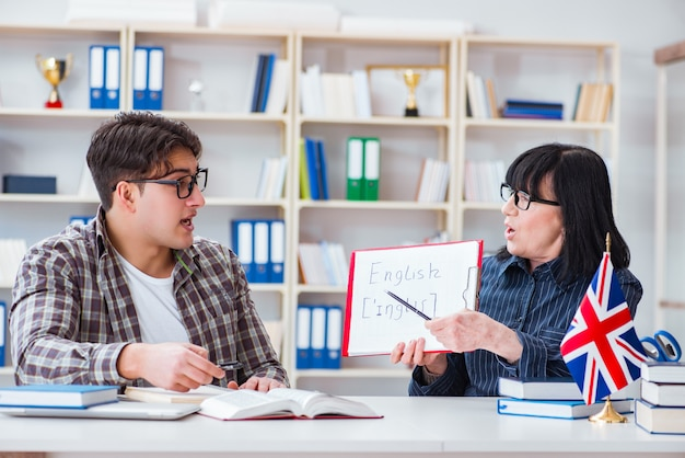 Jovem estudante estrangeiro durante a aula de inglês Foto Premium