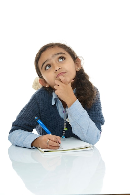 Jovem estudante pensando em uma resposta Foto Premium