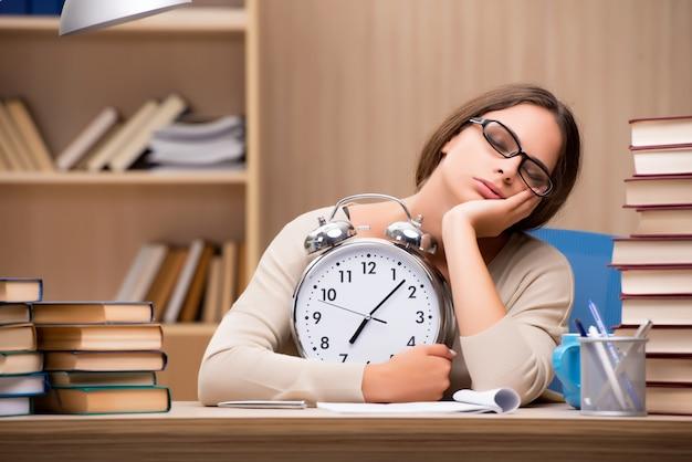 Jovem estudante se preparando para os exames da universidade Foto Premium